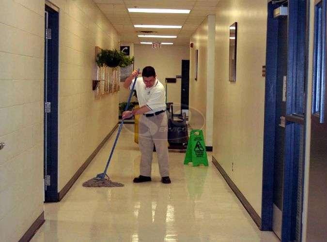Limpeza terceirizada em universidades - Foto: 1